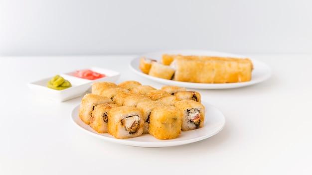 Tiro completo de rolos de sushi em placas