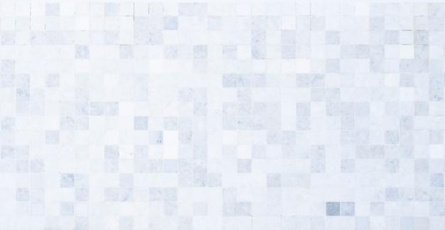Tiro completo do quadro, revestimento preto e branco da telha do fundo.