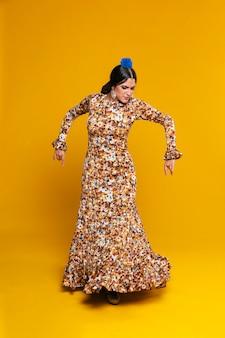 Tiro completo elegante dançarina de flamenco