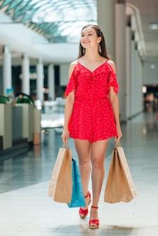 Tiro completo garota andando no shopping
