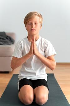 Tiro completo garoto meditando