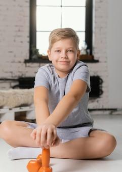 Tiro completo garoto posando com halteres