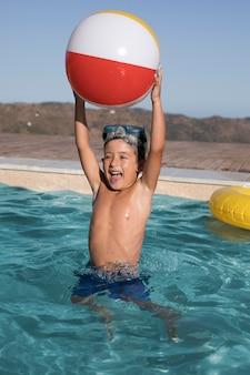 Tiro completo garoto segurando bola