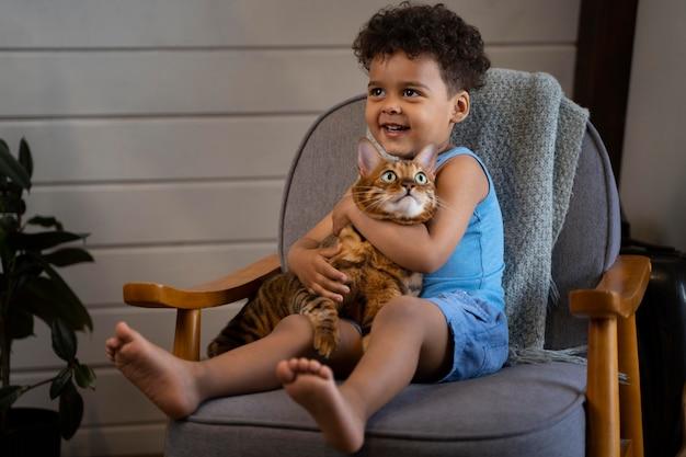 Tiro completo garoto segurando gato
