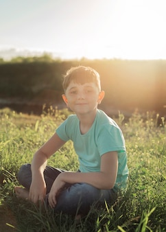Tiro completo garoto sentado na grama