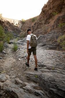 Tiro completo homem caminhando com mochila