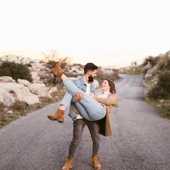 Tiro completo homem carregando sua namorada