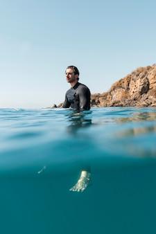 Tiro completo homem debaixo d'água