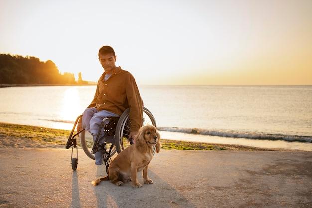 Tiro completo homem deficiente com cachorro