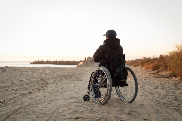 Tiro completo homem deficiente na praia