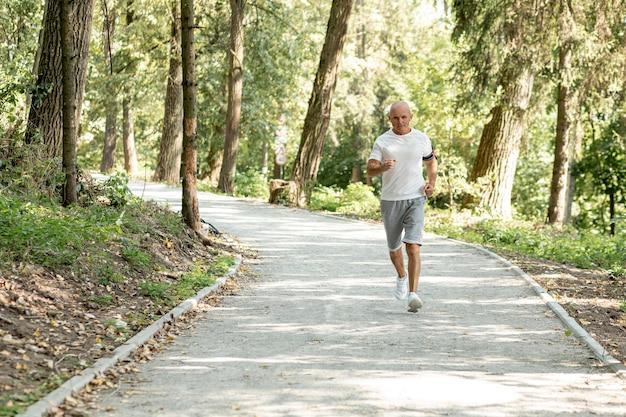 Tiro completo homem mais velho correndo