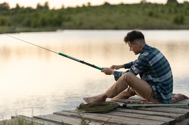 Tiro completo homem pescando sozinho