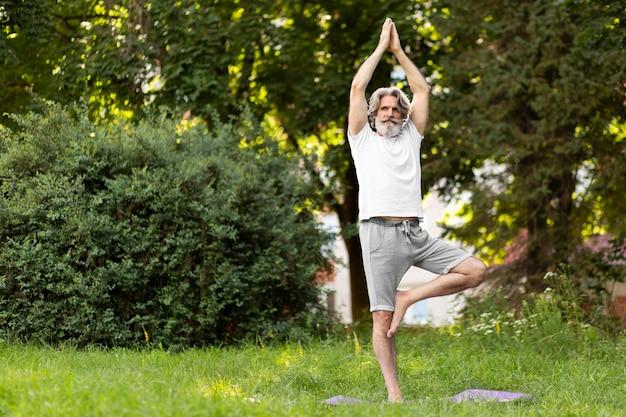 Tiro completo homem praticando ao ar livre