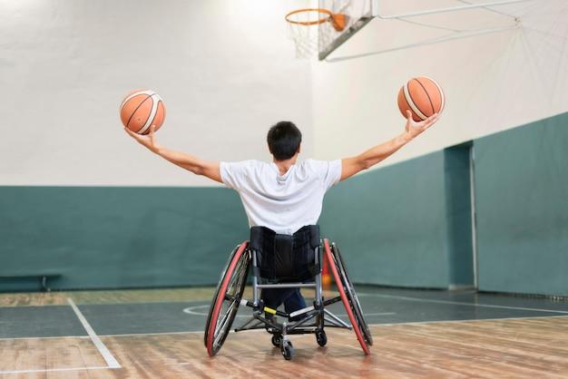 Tiro completo homem segurando bolas de basquete