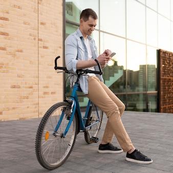 Tiro completo homem sentado em uma bicicleta