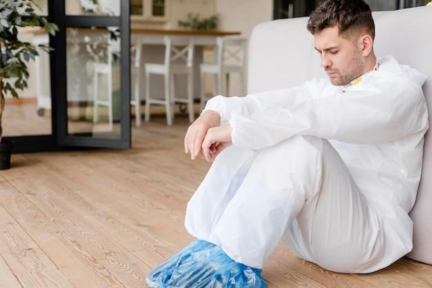 Tiro completo homem sentado no chão