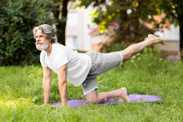 Tiro completo homem treinamento ao ar livre
