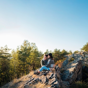 Tiro completo jovem casal na natureza