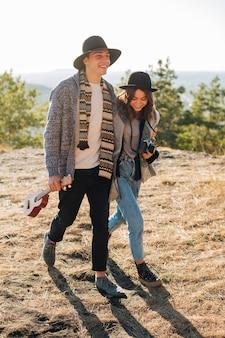 Tiro completo jovem homem e mulher ao ar livre
