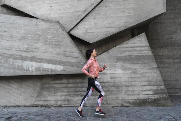 Tiro completo mulher ativa correndo