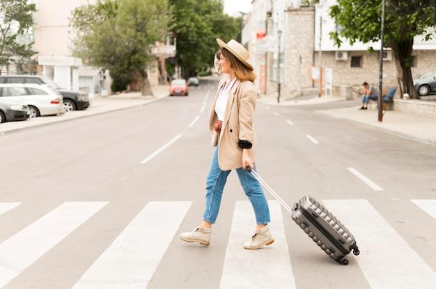 Tiro completo mulher carregando bagagem