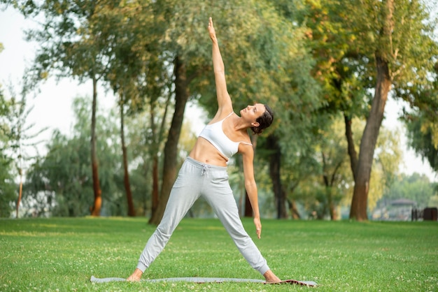 Tiro completo mulher exercitando na natureza