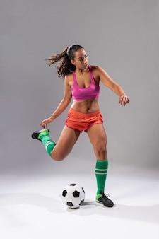 Tiro completo, mulher futebol, chutando bola