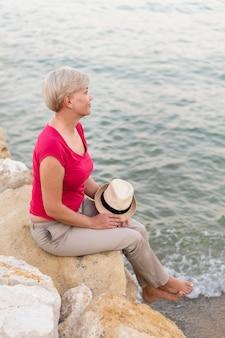Tiro completo mulher olhando para o mar