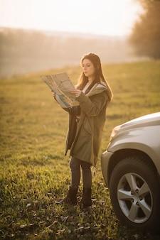 Tiro completo, mulher segura mapa