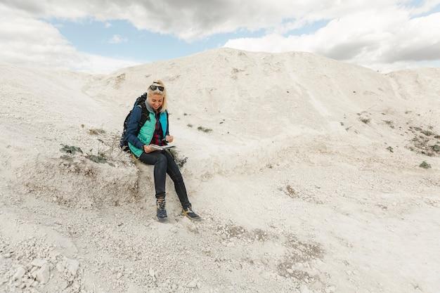 Tiro completo viajante adulto em uma colina