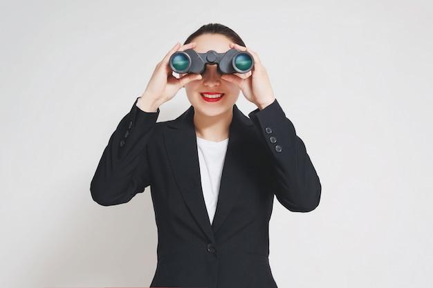 Tiro conceitual de uma empresária madura com grandes binóculos