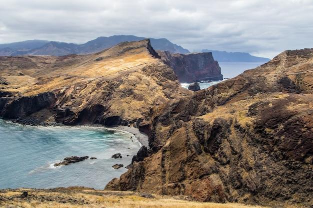 Tiro de alto ângulo das falésias na costa do oceano em ponta de são lourenço, madeira
