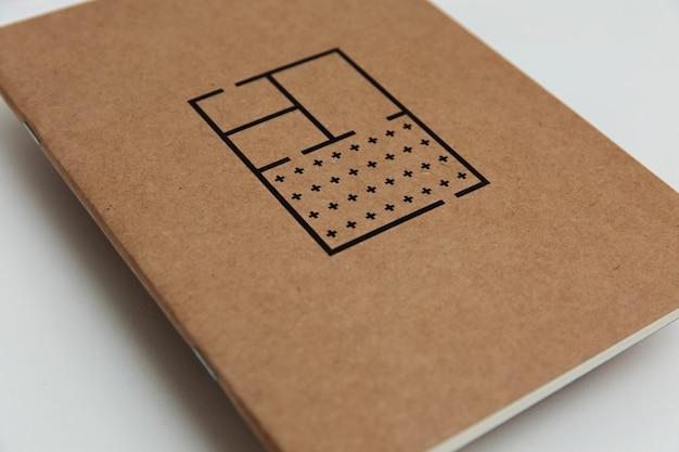 Tiro de alto ângulo de um caderno marrom com desenhos pretos