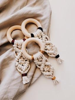 Tiro de ângulo alto de crochê em um têxtil bege