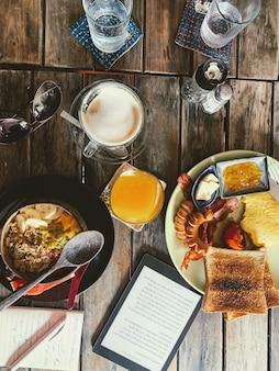 Tiro de ângulo alto vertical de uma mesa de café da manhã