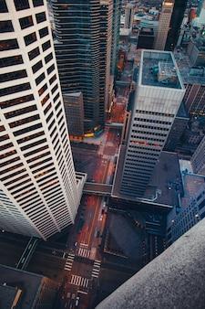 Tiro de ângulo alto vertical dos arranha-céus da cidade