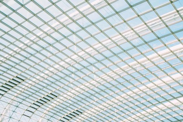 Tiro de ângulo baixo de um teto de vidro bonito