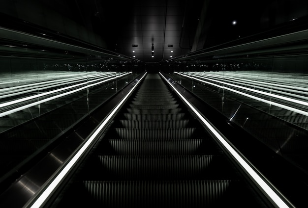 Tiro de ângulo baixo de uma escada rolante subindo em uma estação de metrô em vijzelgracht, holanda