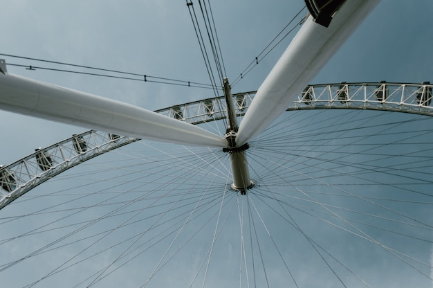 Tiro de ângulo baixo de uma grande roda gigante sob o céu azul claro