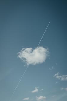 Tiro de ângulo baixo de uma nuvem com a forma de um coração fofo