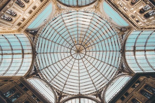 Tiro de ângulo baixo do interior de um shopping center em nápoles, itália