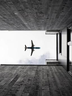 Tiro de ângulo baixo vertical de um avião voando no céu claro