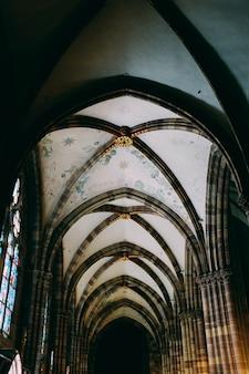 Tiro de ângulo baixo vertical de um teto de um edifício medieval