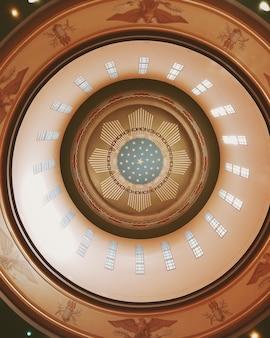 Tiro de ângulo baixo vertical de um teto dentro de um edifício histórico com texturas interessantes