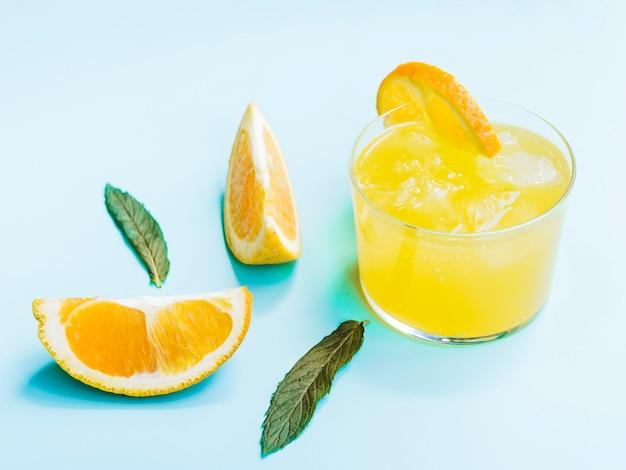 Tiro de bebida laranja frio
