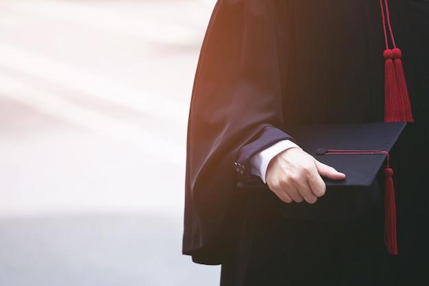 Tiro de chapéus de formatura durante graduados de sucesso de formatura da universidade, parabéns da educação de conceito.