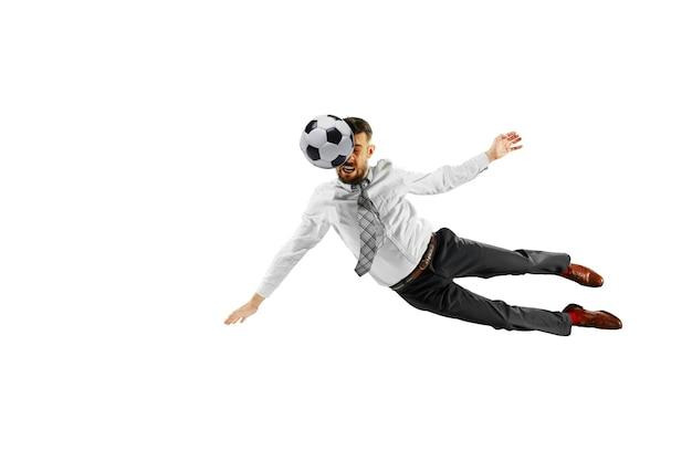 Tiro de comprimento total de um jovem empresário jogando futebol isolado no fundo branco.