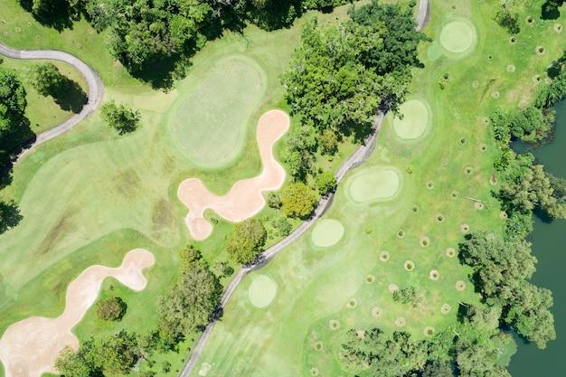 Tiro de drone de vista aérea do fairway do campo de golfe verde bonito e colocando o green imagem de cima para baixo para o plano de fundo do esporte e fundo de natureza de viagens vista incrível em phuket, tailândia.