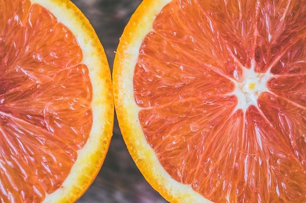 Tiro de foco seletivo closeup de uma toranja fresca madura fatiada