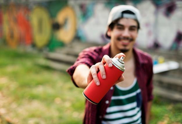 Tiro de graffiti jovem